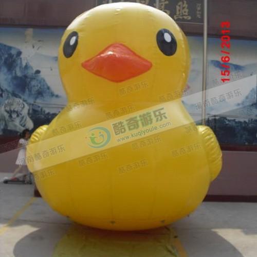 陆地模型宣传用的闭气大黄鸭